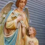 Antiek gipsen beeld van engel en Jezus